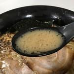 麺屋おか田 - 豚骨ラーメンのスープ