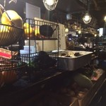 サロス.ナイトマルシェ - り口付近にたくさんの食材が並んでいて、海外のマルシェの雰囲気を再現