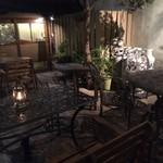サロス.ナイトマルシェ - 緑の植栽が鮮やかなテラス席