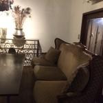 サロス.ナイトマルシェ - 古民家を生かした離れの個室は、こだわりのアンティーク家具が揃っているセレブな空間