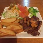 島料理 楽園 - 石垣牛のサイコロステーキ  予想外なの出てきた〜 ポテトとか,いらないんですけど…でも,このありがた迷惑感が,沖縄なのかな?(o^^o)