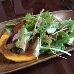 洋風酒場 アネモネ - ランチ サラダ 珍しい野菜がたくさん