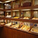 パネッテリア・アリエッタ - 右手には惣菜パンや菓子系パン♪