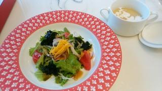 ガレットアンドクレープカフェ ロゼル - ホットスープ(コーンと玉ねぎ)&サラダ