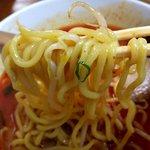 中華さと - 太縮れ麺との相性もよし