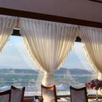海辺のレストラン ラ・プラージュ - 店内からの森戸海岸