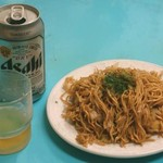 花家 - 缶ビールと焼きそばの普通盛り。