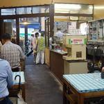 花家 - 店内はこの雰囲気。バリバリの昭和ですね。
