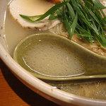臥龍 - 塩と醤油と鶏白湯のブレンドのようなスープ