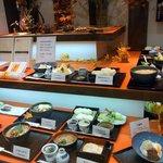 佐藤養助 秋田店 - サンプルはこんな感じで展示されています。 通常の稲庭うどん以外にも、暖かいうどんもあるようですね。 どの商品も美味しそうです。