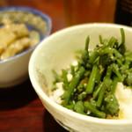 貴和 - みずこぶ  と  アケビの皮と舞茸の炒め物
