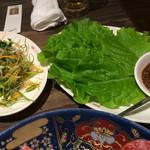 食道園 - 上バラ、上ロース、上ハラミ、ミスジと一緒に食べる薬味とチシャ菜
