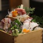 四国の食 わらやき三四郎 - 刺し盛り!すごいボリューム!