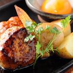 とりなべ マルニ - 【焼きもの】こんがりと焼き上がった肉の旨味