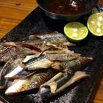 バル・カ・エール - 「炙りサンマ 肝醤油」。サンマの肝がブレンドされた醤油につけて食べる。