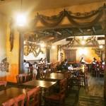 カフェ ポルトフィーノ - 店内(客席はテーブル席が基本になっています)