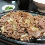 ちんや - 焼肉定食860円。                             じゅーじゅー鉄板皿盛りで、食欲をそそるビジュアルです。