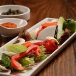 炭焼き&ワイン ドリフト - 彩り野菜のディップブラックオリーブのソースでご提供