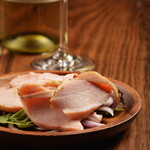 炭焼き&ワイン ドリフト - 国産若鶏のむね肉をハーブと一緒にしっとり蒸してますビールやワインのつまみに❗