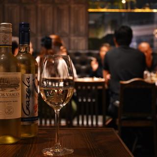 ソムリエでもある店主とスタッフが世界のワイン50種類を厳選