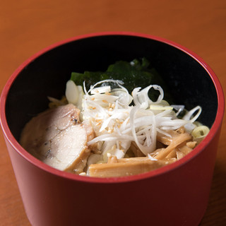 軍鶏チャーシューと鶏がらスープの旨みが絶妙な《鶏油そば》