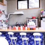 Another Room Cafe - 残り半分のオープンキッチンはグッとカジュアルw 手作り?