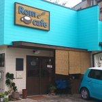 ロム カフェ - 鮮やかな水色の外観が目印