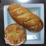 小さなパン屋さんクロリエ - クイニーアマン150円 白ブドウパン150円