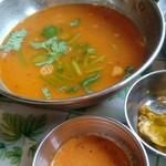 パリワール - んー?スープみたいなんと辛味調味料と唐辛子のチャツネみたいなの!