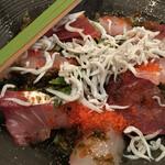 魚盛 - 海鮮サラダは赤身、カンパチ、しらす、とびこ