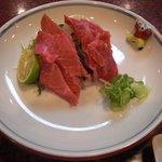 肉料理 荒川 - イチボとミスジの刺身。