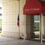 ブラッスリー・ティーズ・ミュゼ - 横浜美術館、正面むかって一番左側に、レストランの入り口があります
