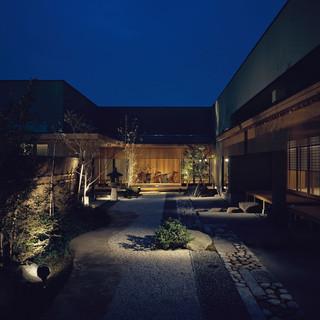 よし邑 - 外観写真:幽玄な中庭からの一風景
