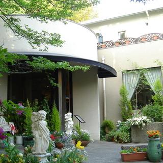 神戸・北野の石畳の小路に佇む花と緑に囲まれた一軒家レストラン