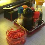 まつばラーメン - 卓上の薬味 高菜・ゴマは無い