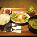 カフェ ラ パーチェ - 週替わりパーチェランチ (鶏もも肉のおろし煮)