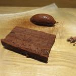 月下 - チョコレートとラムレーズンのケーキ、チョコレートと卵白のみのムース・オ・ショコラ、砕いたカカオで2