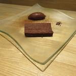 月下 - チョコレートとラムレーズンのケーキ、チョコレートと卵白のみのムース・オ・ショコラ、砕いたカカオで1