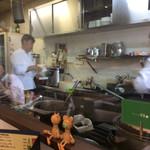 チャイニーズ 芹菜 - カウンター席からはガラス越しに厨房が見える。