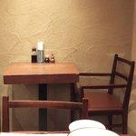 里の宿 - 2人掛けのテーブルです。