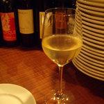 トラットリア・クラウディア - 嫁さんの白ワイン(グラス)