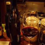 トラットリア・クラウディア - 赤ワイン(グラス)とそのボトル