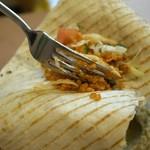 アドニス トーキョー - ラップサンド❶ 鶏肉タウークとサラダを入れて