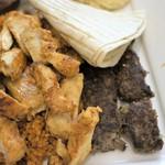アドニス トーキョー - 右端「カフタ」牛ひき肉、パセリ、スパイスのハンバーグ風