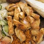 アドニス トーキョー - 鶏むね肉のタウークの下には麦飯ブールグール