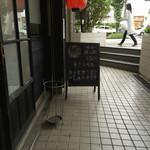 らーめん 麺の月 - 入店待ちの椅子から撮影