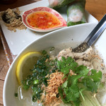 ベトナム食堂 Vina Cafe ・Dalat - ランチ、フォーと生春巻きのセット、980円(内税)。