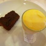 56404060 - デザート(チョコレートケーキとマンゴーシャーベット)