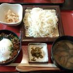 ぜん波 - 鶏そぼろ温玉のせ丼野菜だれうどんセット(900円)