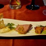 56419566 - 左から人参とイタリアンパセリのマリネ。紅茶のフリット。自家製ローストビーフのマスタード添え 4種のチーズと蜂蜜のムース